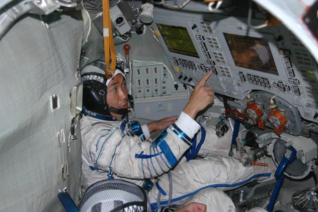 astronaut in the spacecraft - photo #1