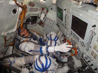 写真:ソユーズ宇宙船のシミュレータでの訓練
