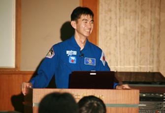 写真:宇宙飛行士としての責任を自覚し、一生懸命「夢」=「人生の目標」の大切さを説いています。妻からは、言うことが宣教師さんみたいになってるよ!と言われることも(笑)。