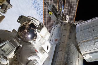 写真:船外活動中の星出宇宙飛行士