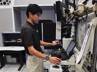 写真:写真は「こうのとり」2号機をキャプチャした状態のロボットアーム