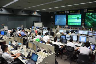 写真:運用中の「きぼう」の管制室です。彼らが24時間365日体制で「きぼう」を見守っています。