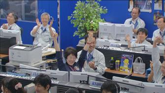 写真:キャプチャ成功を喜ぶ前田HTVフライトディレクター(写真中央)