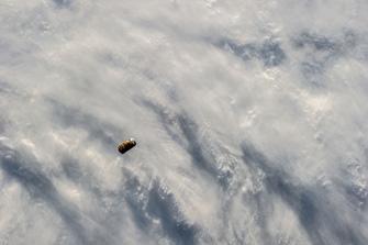 写真:ISSから撮影されたHTV(下方より接近中)