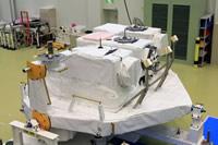 写真:筑波宇宙センター(TKSC)にて、船外パレットと搭載装置の重量計測の様子