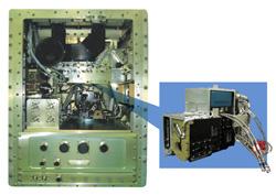 写真:流体物理実験装置本体(左)とマランゴニ対流実験用汎用的供試体(右)