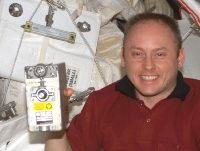 写真:RPCMを持つマイケル・フィンク宇宙飛行士