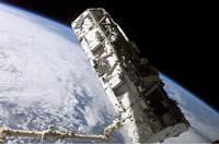 写真:スペースシャトル「アトランティス号」のペイロードベイ(貨物室)から取り出されるS0トラス