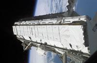 写真:スペースシャトル「アトランティス号」のペイロードベイ(貨物室)から取り出されるS1トラス