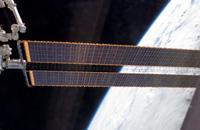 写真:展開された太陽電池パドル