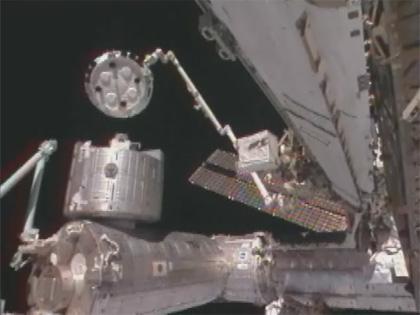 画像:SSRMSにより移設される「こうのとり」2号機