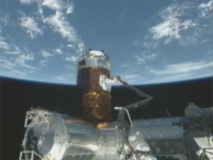 画像:SSRMSにより曝露パレットが把持された「こうのとり」2号機