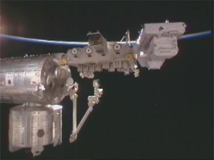 画像:「きぼう」船外実験プラットフォームに取り付けられた曝露パレット