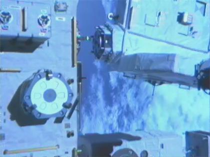 画像:「きぼう」船外実験プラットフォーム(左)から取り外された曝露パレット(右上)