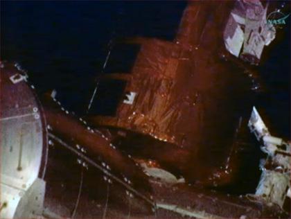 画像:SSRMSに把持され、ISSへ取り付けられる「こうのとり」3号機