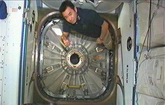 画像:「こうのとり」3号機のハッチを閉じる星出宇宙飛行士