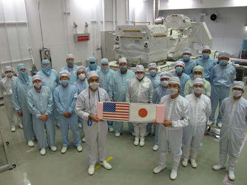 曝露パレットに搭載されたNASAの物資とNASAおよびJAXA関係者(出典:JAXA)