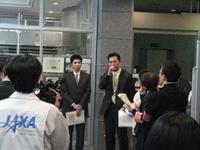 記者からの質問に答える田邊(右)、内山(左)両HTVフライトディレクタ