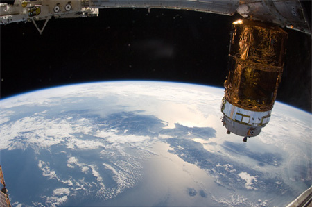 画像:HTV2 being berthed to the Harmony node 2 (Credit: JAXA/NASA)
