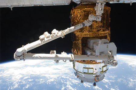 SSRMS removing EP from HTV2 (Credit: JAXA/NASA)</