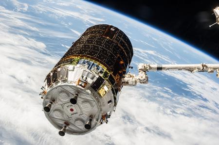 画像:SSRMSに把持される「こうのとり」4号機(出典:JAXA/NASA)
