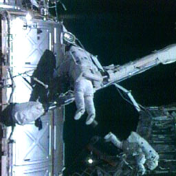 写真:船外活動を行うペギー・ウィットソン、ダニエル・タニ両宇宙飛行士(提供:NASA)