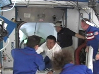 写真:ISSに入室する若田宇宙飛行士らSTS-119クルー