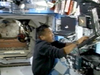 写真:ISSのロボットアーム(SSRMS)の操作を行う若田宇宙飛行士