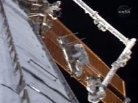 写真:ISSのロボットアーム(SSRMS)によるCETAカートの移動