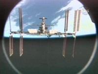 写真:分離後のディスカバリー号から見たISS
