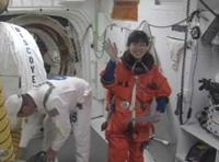 写真:ディスカバリー号に乗り込む直前の山崎宇宙飛行士