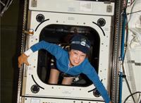 写真:デスティニー内に運び込んだWORFラックと山崎宇宙飛行士(飛行6日目)