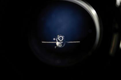 写真:ISSに接近するプログレス補給船