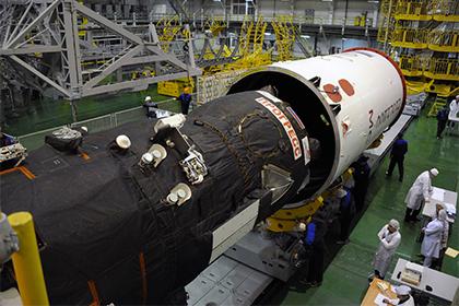 写真:ペイロードシュラウドに格納されるプログレス補給船(69P)
