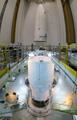 打上げ準備が進められるATV4号機(奥に見えるのはフェアリング)