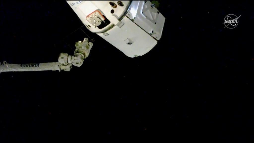ISSのロボットアーム(SSRMS)により把持されるドラゴン補給船運用16号機(SpX-16)(出典:JAXA/NASA)