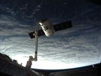 SSRMSにより放出ポイントへ運ばれるドラゴン補給船運用1号機(出典:JAXA/NASA)