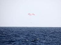 太平洋上に着水したドラゴン補給船運用2号機(SpX-2)のカプセル