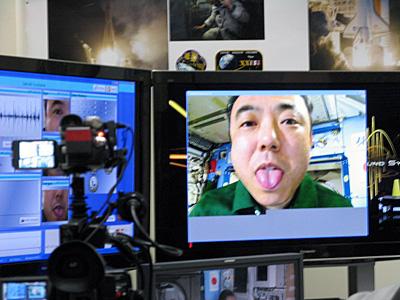 地上の山田医師により舌の模擬問診を受ける軌道上の古川宇宙飛行士(出典:JAXA)