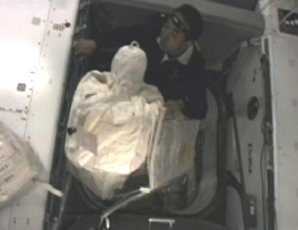 写真:ラファエロから物資を運び出す古川宇宙飛行士