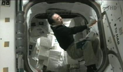 写真:恒久型多目的モジュール(Permanent Multipurpose Module: PMM)内の物資を整理する古川宇宙飛行士