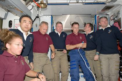 写真:アトランティス号のクルーとのお別れのセレモニー(7月18日)(出典:JAXA/NASA)