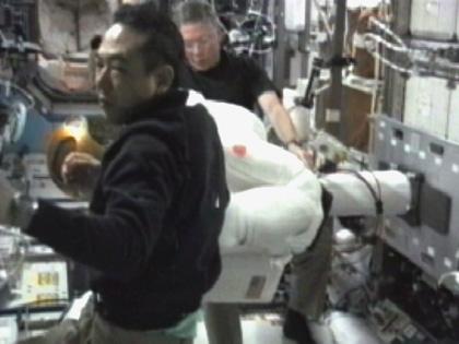 写真:R2の作業をする古川宇宙飛行士(手前)(8月22日)(出典:JAXA/NASA)
