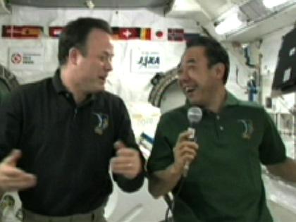 写真:米国の交信イベントに参加する古川宇宙飛行士(右)(8月25日)(出典:JAXA/NASA)