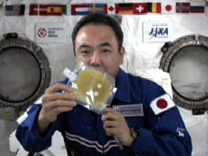 写真:交信イベントを行う古川宇宙飛行士(8月30日)(出典:JAXA/NASA)
