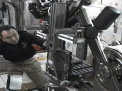 写真:MARESの作業を行う古川宇宙飛行士(8月31日)(出典:JAXA/NASA)
