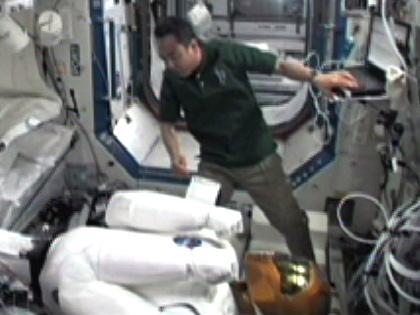 写真:ロボノート(R2)の作業を行う古川宇宙飛行士(9月1日)(出典:JAXA/NASA)
