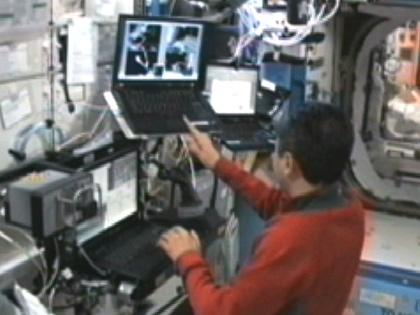 写真:コンピュータを使用してSSRMSの操作訓練を行う古川宇宙飛行士(9月8日)(出典:JAXA/NASA)