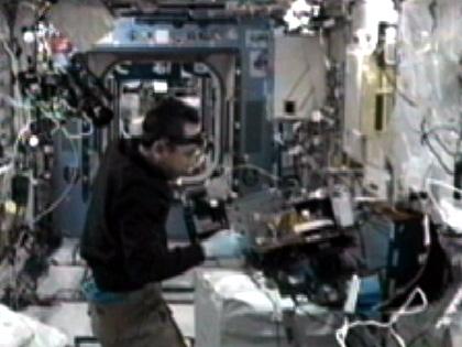 写真:「きぼう」日本実験棟で実験の準備作業を行う古川宇宙飛行士(9月12日)(出典:JAXA/NASA)