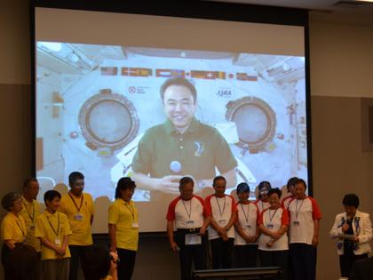 写真:地上との交信イベントを行う古川宇宙飛行士(9月14日)(出典:JAXA)